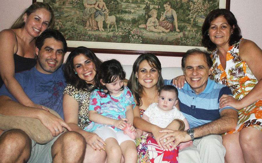 José Antonio e Regina, em 2013, com os filhos, nora  e netos: Rachel, André, Débora com a sobrinha Lívia no colo, Priscila com a sobrinha Isabela.