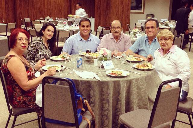 O casal Eneida e Aniz num jantar com parentes e sobrinhos.